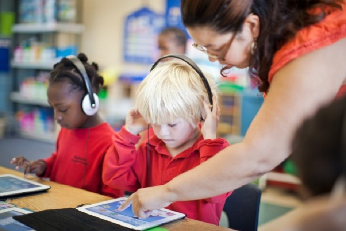 student-with-ipad-technology-in-the-classroom1-610x407